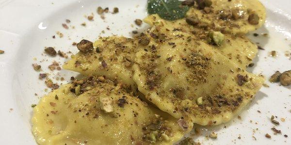 Cappellacci con spuma di mortadella burro salvia e granella di pistacchio