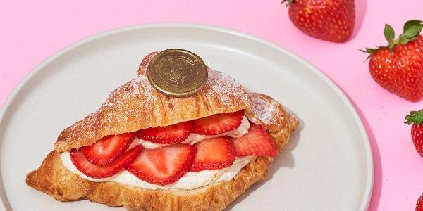 Vanilla pastry cream with strawberries croissant