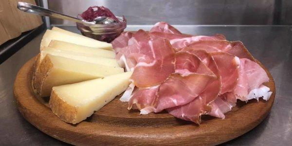 Selezione di salumi e formaggi con confetture home made