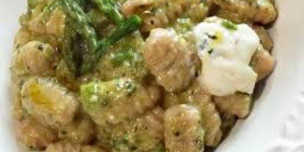 Gnocchi di patate rosse con asparagi e gorgonzola