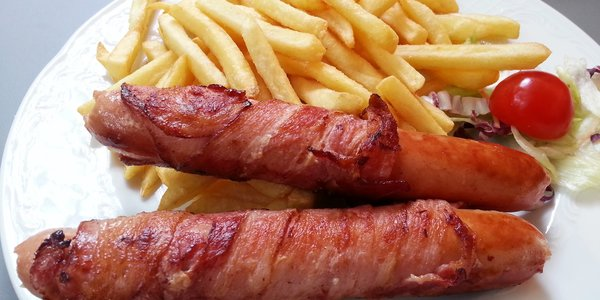 Wurstel con pancetta e patatine fritte