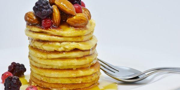 Pancake al miele e frutta fresca