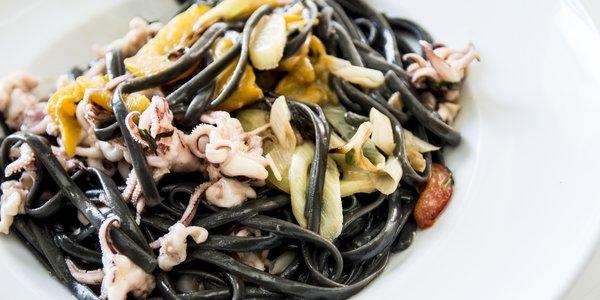 Linguine al nero di seppia con calamari totani e zenzero