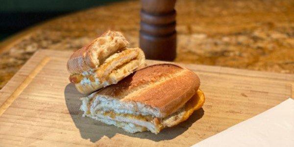 Warmes Schnitzel-Sandwich mit Sauce