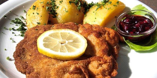 Cotoletta alla milanese con patate e salsa di ribes