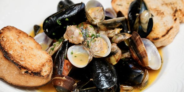 SPICY STEAMED MUSSELS AND CLAMS WITH  CROUTONS